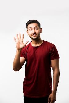 Indiase aziatische man met nummers met vingers