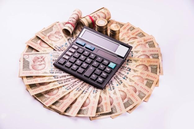 Indiase bankbiljetten gerangschikt in cirkelvorm met rekenmachine erover