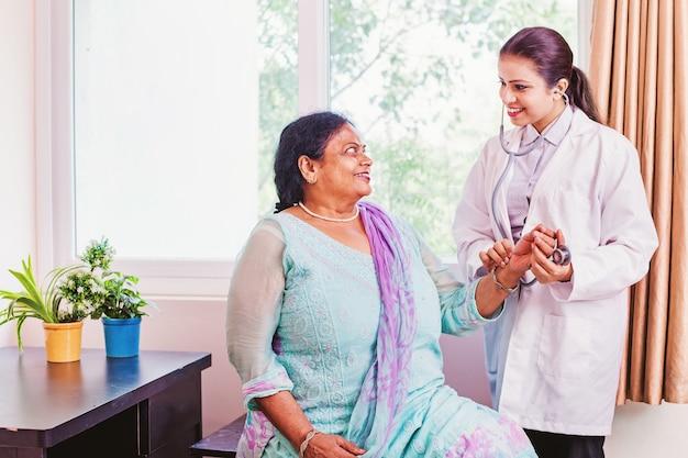Indiase bejaarde vrouw krijgt een gezondheidscheck