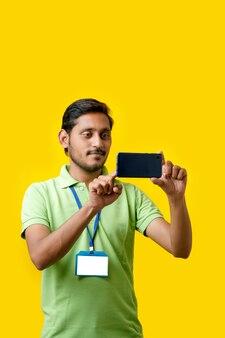 Indiase bezorger met smartphone