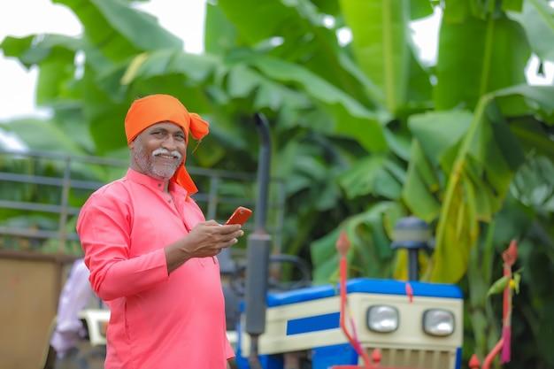Indiase boer met behulp van een smartphone