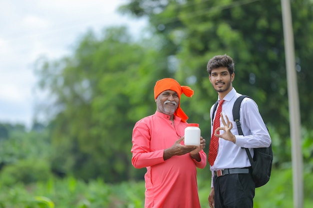 Indiase boer met landbouwproductfles met agronoom