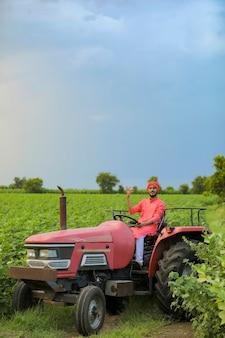 Indiase boer werkt met tractor op veld