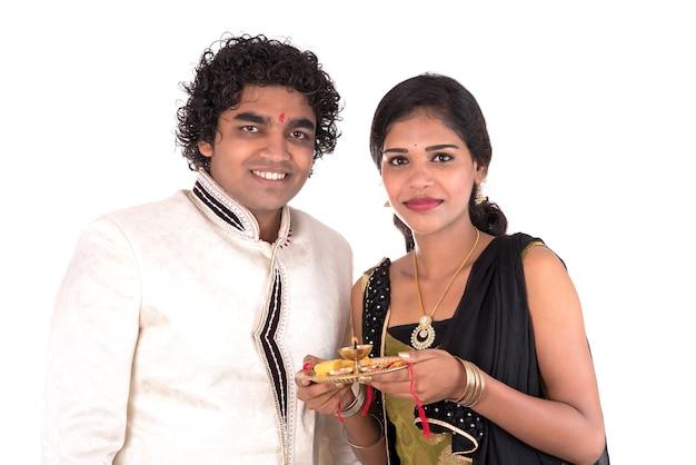 Indiase broer en zus die genieten van en het raksha bandhan-festival vieren