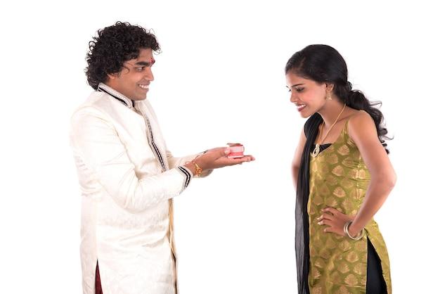 Indiase broer en zus die genieten van en het raksha bandhan-festival vieren Premium Foto