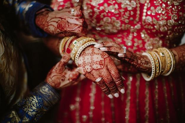 Indiase bruid kleedt traditionele sieraden voor huwelijksceremonie