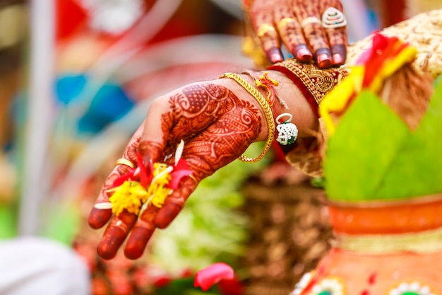 Indiase bruids hand met mehandi design