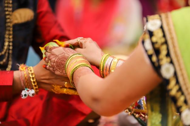 Indiase bruiloft fotografie, haldi ceremonie bruidegom handen
