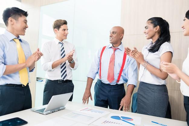 Indiase ceo rapporteert succes in zakelijke bijeenkomst