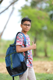 Indiase college jongen met tas