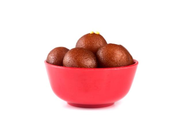 Indiase dessert gulab jamun. zoete schotel in kom geïsoleerd op een witte achtergrond