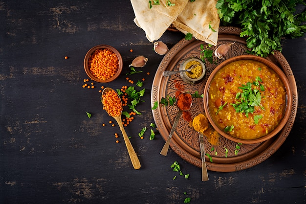 Indiase dhal pittige curry in kom