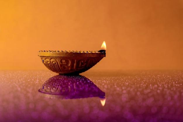 Indiase diwali-lamp met vlam