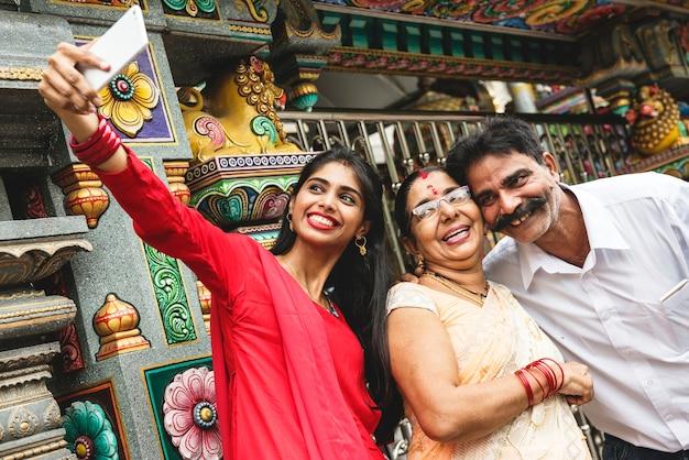 Indiase familie die samen tijd doorbrengt