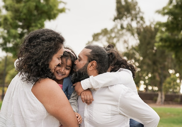 Indiase familie heeft plezier in het stadspark - hindoe ouders en kinderen genieten van een dag buiten