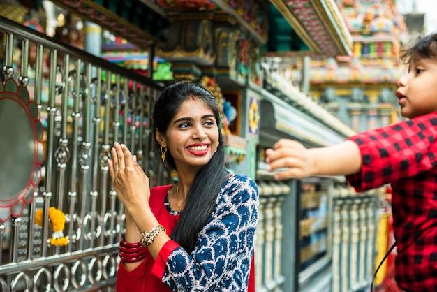 Indiase familie in de tempel