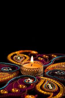 Indiase festival diwali, kaarsen op donker