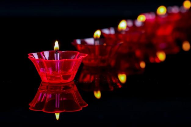 Indiase festival diwali, kleurrijke lampen van olie op zwart