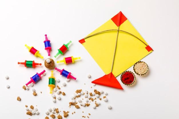 Indiase festival makar sankrant concept, kleurrijke vlieger, touw en zoete sesamzaadbal.