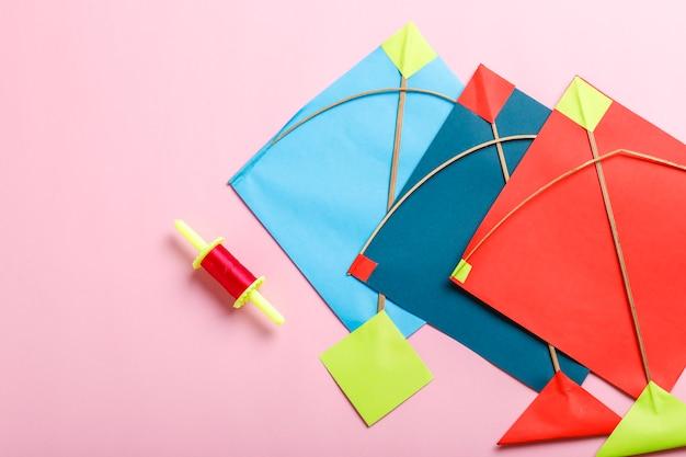 Indiase festival makar sankranti concept, kleurrijke vlieger, touw en zoete sesamzaadbal.