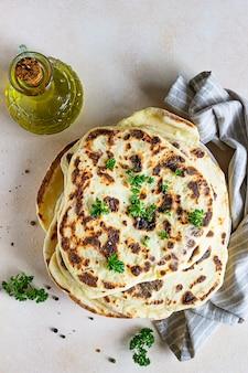 Indiase flatbread met peterselie en olijfolie