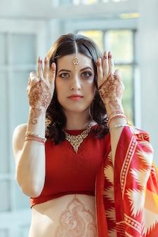 Indiase foto op handen van de vrouw, mehendi traditie decoratie