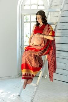Indiase foto op vrouw versierd met indiase mehandi geschilderde henna