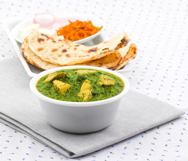 Indiase gezonde keuken palak paneer geserveerd met tandoori roti