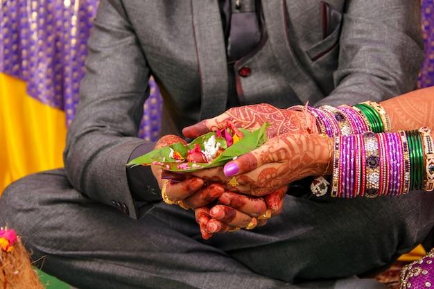 Indiase huwelijksceremonie bruid en bruidegom hand