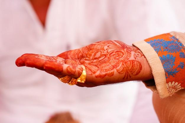 Indiase huwelijksceremonie: bruidegom hand