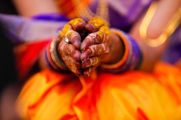 Indiase huwelijksceremonie: bruids hand in haldi ceremonie