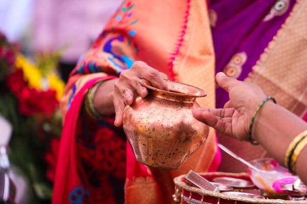 Indiase huwelijksceremonie: decoratieve coper kalash