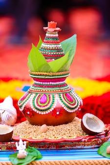 Indiase huwelijksceremonie decoratieve koperen kalash met groen blad en kokosnoot