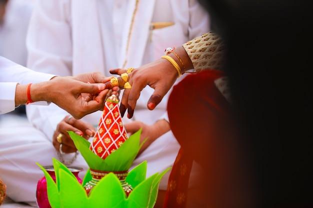 Indiase huwelijksceremonie met decoratieve koperen kalash en kokosnoot