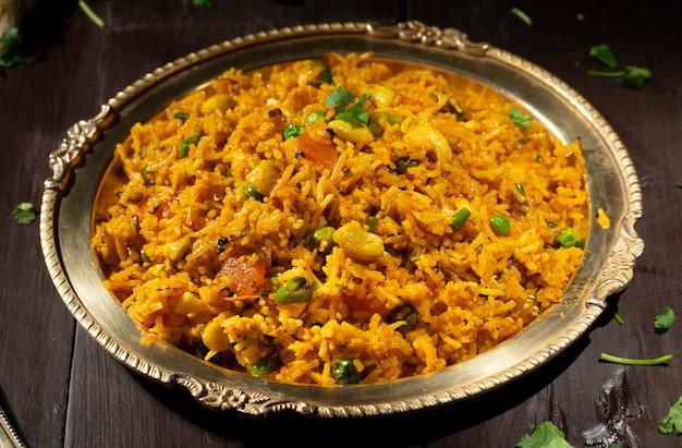 Indiase keuken food kashmiri pulao op houten