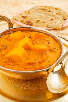 Indiase keuken kaasboter masala geserveerd met tandoori roti