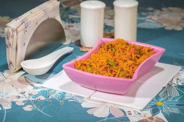 Indiase keuken pulao ook bekend als pulav, vegetarische biryani, veg pulav, plantaardige pulav, biriyani of plantaardige rijst is een pittig rijstgerecht bereid door rijst te koken met verschillende groenten en kruiden