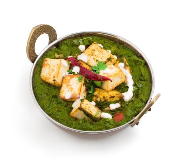 Indiase keuken uit punjabi palakpaneer bestaat uit spinazie en kwark decoratief in kadhai