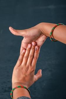 Indiase kiezer hand met stem teken