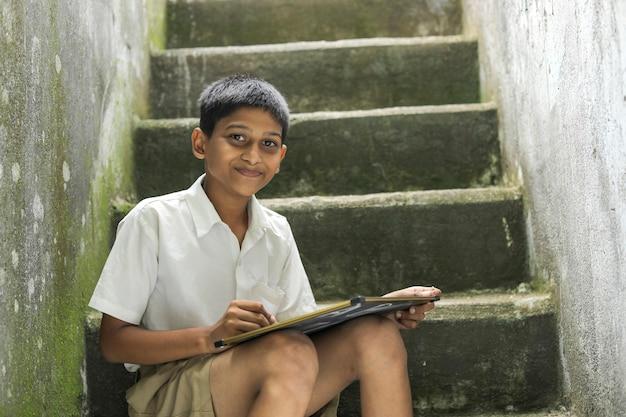 Indiase kind abcd alfabet schrijven op schoolbord