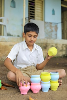 Indiase kind abcd alfabet schrijven op schoolbord Premium Foto