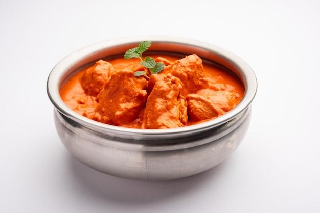 Indiase kip tikka masala in de kom.