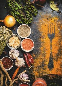 Indiase kruiden en specerijen. print van gemalen kruiden op tafel. op het zwarte bord.