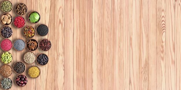 Indiase kruiden in kopjes op tafel met kopie ruimte.