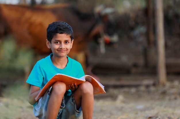 Indiase landelijke kind met een boek