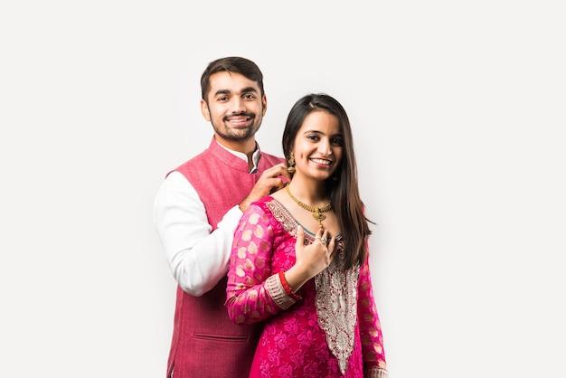 Indiase man die een gouden ketting bindt of presenteert aan zijn mooie vrouw op verjaardag, valentijnsdag, jubileum of diwali-festival