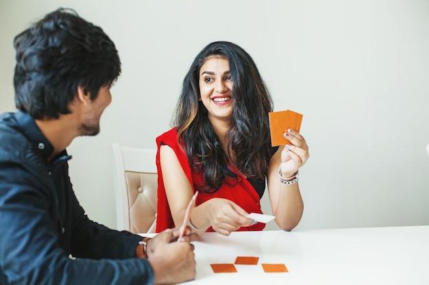 Indiase man en vrouw speelkaarten thuis cards