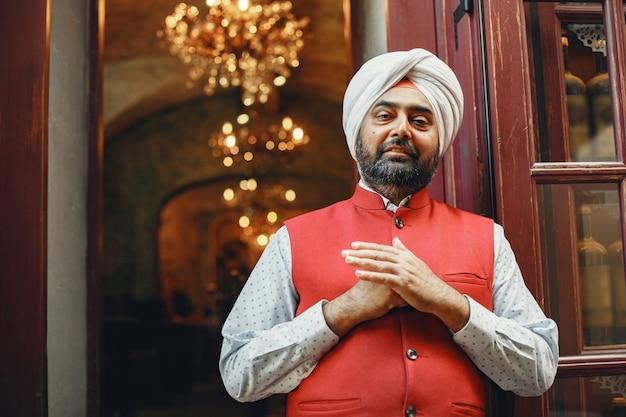 Indiase man in een stad. mannetje in een traditionele tulband. hindoeïst in een zomerstad.