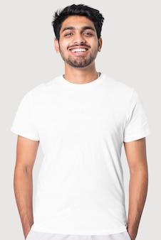 Indiase man in eenvoudig wit t-stukstudioportret