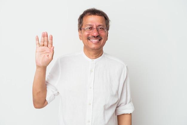 Indiase man van middelbare leeftijd geïsoleerd op een witte achtergrond glimlachend vrolijk weergegeven: nummer vijf met vingers.